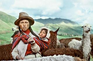 Indiankvinna med barn i Cusco Peru